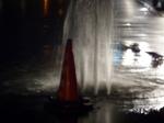 北六番丁交差点で水道管が破裂.jpg
